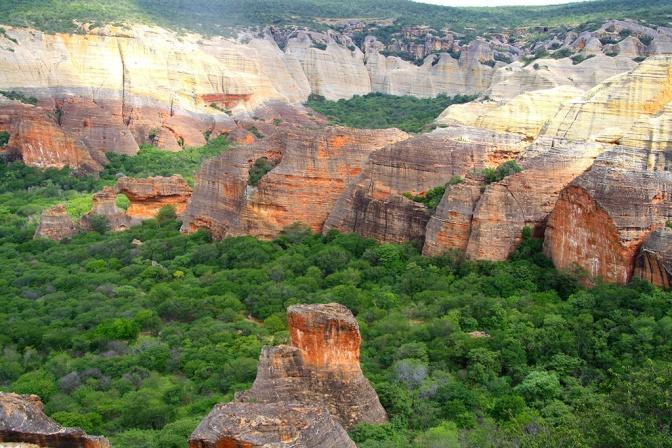 Parque Nacional da Serra da Capivara: cenários espetaculares e grandiosos/NATIONALPARK Capivara – spektakuläre und grandiose Landschaften/National Park Capivara – Spetacular Sceneries and Landscapes