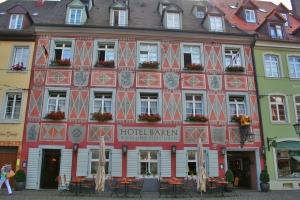 Das Hotel roter Bären, einer der ältesten Gasthöfe Deutschlands aus dem Jahre 1311 in Freiburg The hotel red Bear one of the oldest inn in Germany from the year 1311 in Freiburg O hotel Urso Vermelho é um dos mais antigos da Alemanha, data de 1311.