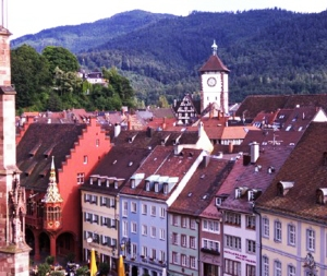 Blick auf die Altstadt Freiburgs, Eingangsportal zum Schwarzwald Overlooking the old town of Freiburg, entrance to the Black Forest Vista do centro antigo de Freiburg, portão de entrada para a Floresta Negra.
