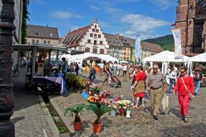 Reges Treiben an Markttagen auf dem Münsterplatz Reges Treiben an Markttagen auf dem Münsterplatz Movimento de pessoas em dias de mercado na Münsterplatz.