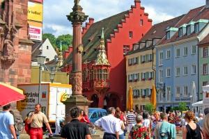 Das rote historische Kaufhaus am Münsterplatz The red historic Kaufhaus am Münsterplatz O edifício históricoconhecido como Kaufhaus (Armazém) na praça da Catedral.