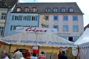 Crepes, Flammkuchen, Krustenbraten und vieles andere typische an Markttagen auf dem Münsterplatz Crepes, quiche, roast pork and many other typical on market days on Münsterplatz Crepes, quiche, porco assado e muitas outras comidas típicas quando acontece a feira livre da Münsterplatz (praça da Catedral).