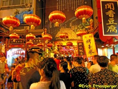 Muita gente visitando o mercado