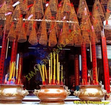 Incensos oferecidos aos deuses em um templo vietnamita