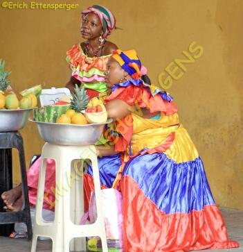 Vendedoras de frutas com roupas típicas