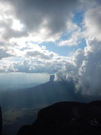Nuvens e o Monte Roraima, ao fundo.