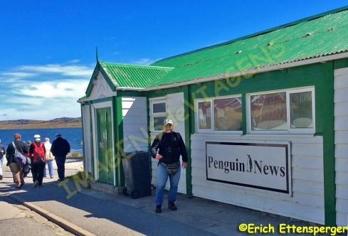 Erich na frente do Jornal Penguin News em Port Stanley