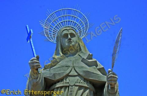 Grande estátua de Santa Rita de Cássia localizada no município de Santa Cruz