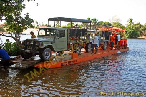 Travessia de balsa no rio Preguiças/Floss, um den Fluss zu überqueren/Raft crossing the river