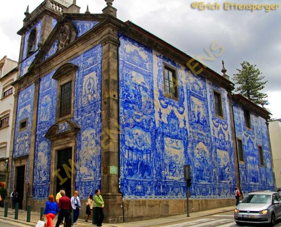 Fachada da Igreja de Santa Catarina com seus belos azulejos azuis/Fassade der Kirche St. Catherine mit seinen schönen blauen Fliesen/Facade of the Church St. Catherine with its beautiful blue tiles