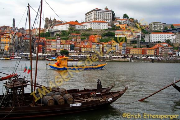"""Vista de Porto, a partir do Cais de Gaia com um antigo barco """"rabelo"""" no primeiro plano/Blick auf Porto vom Kai """"Cais de Gaia"""" mit dem alten Boot """"Rabelo"""" im Vordergrund/View of Porto, from the Cais de Gaia with the old boat """"Rabelo"""" in the foreground"""