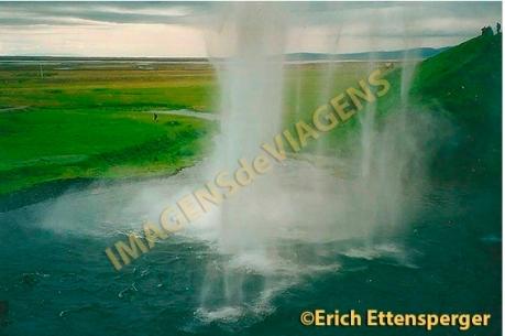 Atrás de uma cachoeira/hinter einem Wasserfall/behind a waterfall