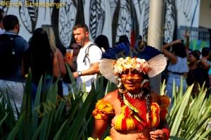 Mulher índia, vestida com trajes típicos em frente à Casa Brasil/ Eine Indio-Frau in traditioneller Kleidung vor dem Haus Brasilien/An indigenous woman in traditional clothing in front of the house Brazil