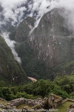 Olhe bem para o rio Urubamba / Blick tief hinunter auf den Fluß Urubamba / Look deep down at the river Urubamba