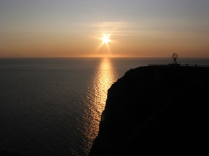 Source: https://pt.wikipedia.org/wiki/Cabo_Norte#/media/File:Midnight_sun.jpg ... e, finalmente, o sol da meia-noite no cabo norte / …und schließlich die Mitternachtssonne am Nordkap /... and finally the midnight sun at the North Cape