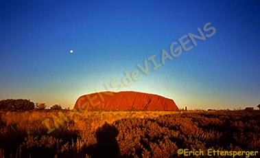 Ayers Rock e a lua / Ayers Rock und der Mond / Ayers Rock and the moon