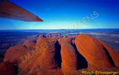 "As rochas ""Olgas"" e no fundo Ayers Rock / Die ""Olgas"" Felsformationen und im Hintergrund Ayers Rock / The ""Olgas"" rock formations and Ayers Rock in the background"