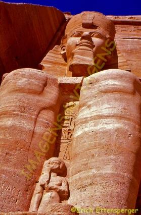 Colosso de pedra gigantesca em Abu Simbel / Gigantische Steinkolosse in Abu Simbel / Gigantic stone colossi in Abu Simbel