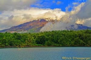 Nuvens envolvem o vulcão