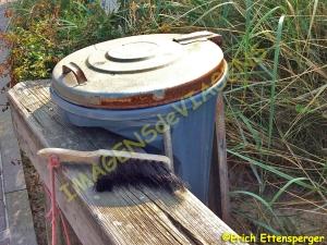Escova disponível para tirar areia dos objetos