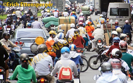 Dirigir no Vietnã é definitivamente perigoso para um turista/Autofahren in Vietnam ist definitiv gefährlich für Touristen/Driving in Vietnam is definitely dangerous for a tourist