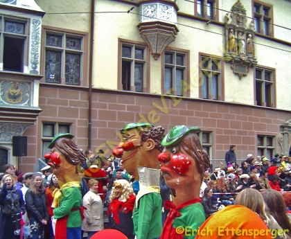 Em Friburgo, o desfile no do centro histórico / In Freiburg schlängelt sich der Umzug durch die historische Altstadt / In Fribourg the parade winds through the historic center