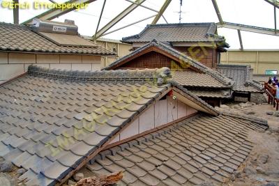 Telhado de casas soterradas pelas cinzas do vulcão / Dächer von Häusern mit Asche vom Vulkan begraben / Roofs of houses buried by the ashes of the volcano